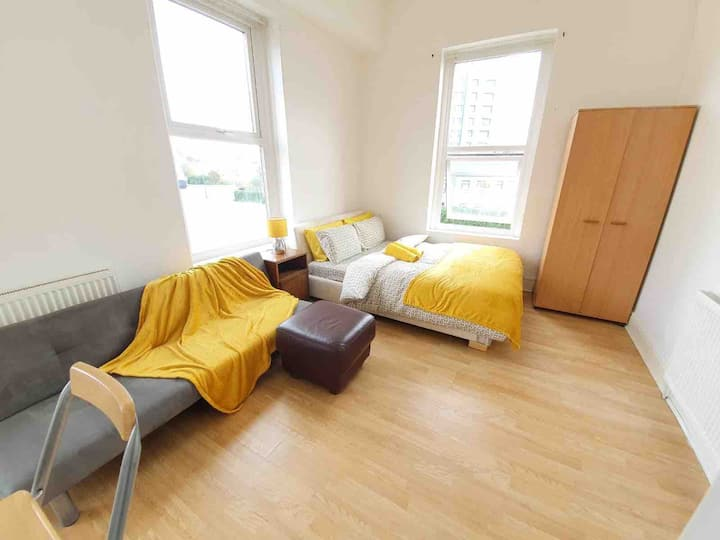 Studio with FREE ST PARKING, near City Centre