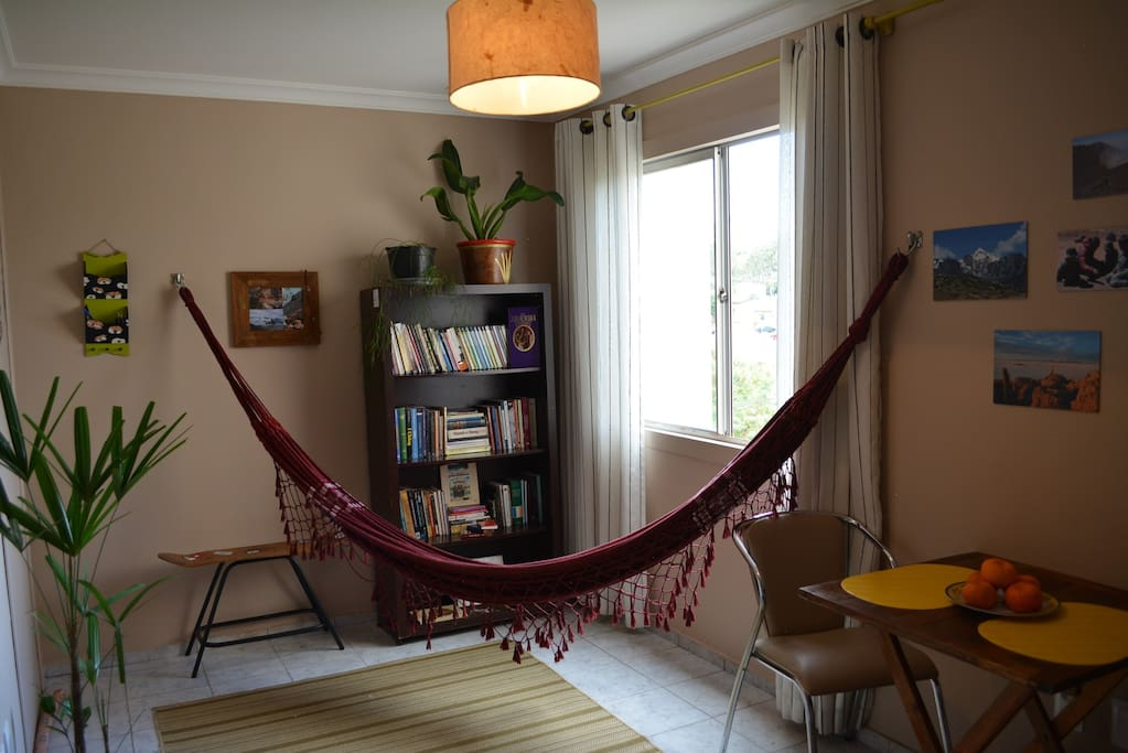 Sala com rede, para relaxar depois de um longo dia / Living room with hammock, to relax after a long day / Sala con hamaca, para relajarse después de un largo día