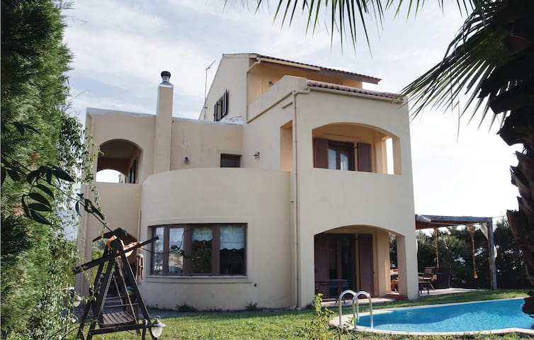 Holiday cottage with 3 bedrooms on 200m² in Finikia