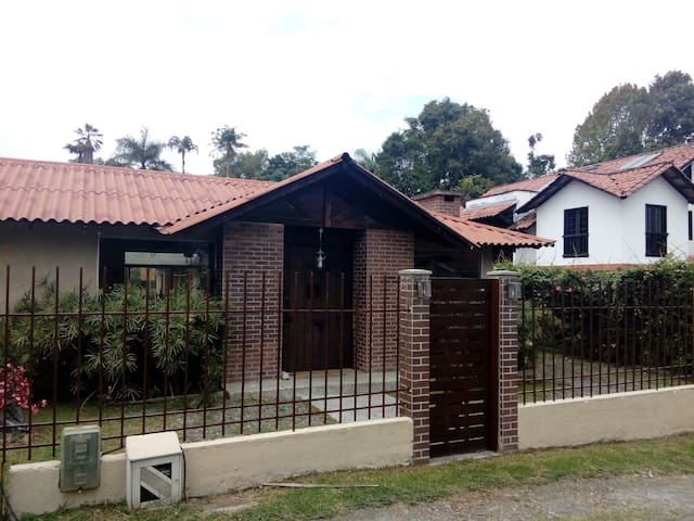 Room in a cute house - Manizales - Huis