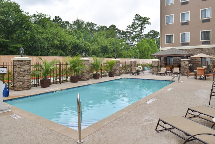 Great for Business Travelers! King Suite in Tomball | Shared Outdoor Pool + 24h Fitness Center
