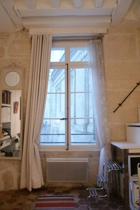 Apt AUGUSTIN - Living room window and stone wall