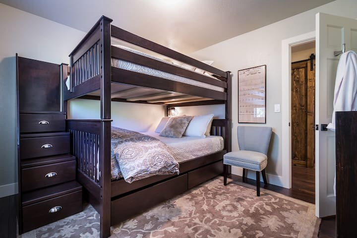 Guest bedroom offers Queen-on-Queen bunkbeds with Casper mattresses, luxurious linens, blankets, pillows and guest robes. Guest room has a flat screen TV, closet and forest views.