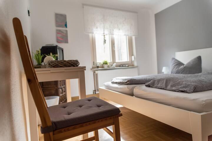 Schlafplätzle (Karlstadt), Doppelzimmer Ost mit WLAN in ruhiger Altstadtlage