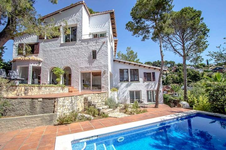 Catalunya Casas: ¡Majestuosa villa Fontpineda, a tan sólo 30 km de Barcelona!