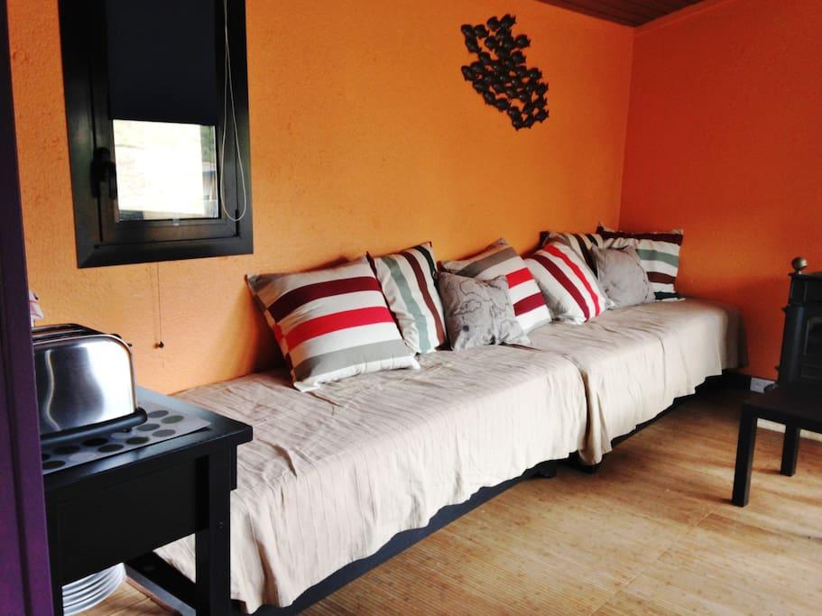 Séjour avec 2 lits simples confortables