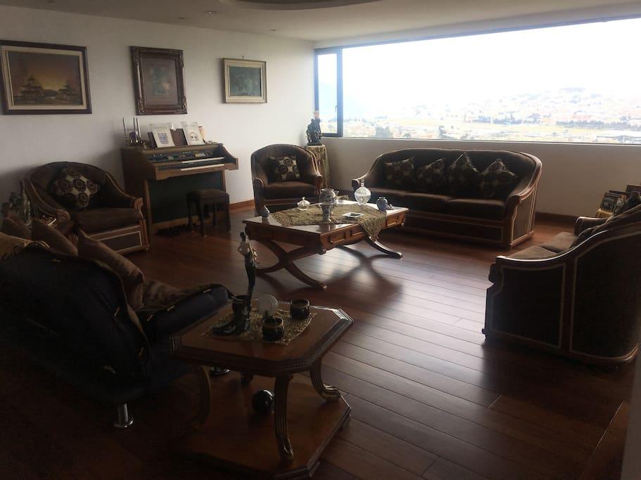 Sala con sofás y sofá cama, bar y piano