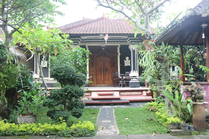 Wiwik House, 2 bed's very cheap at Penestanan
