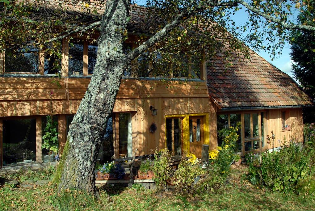 Unser ruhig gelegenes und liebevoll modernisiertes Bauernhaus ist eingebettet in ein 4000qm großes abwechslungsreiches Gelände