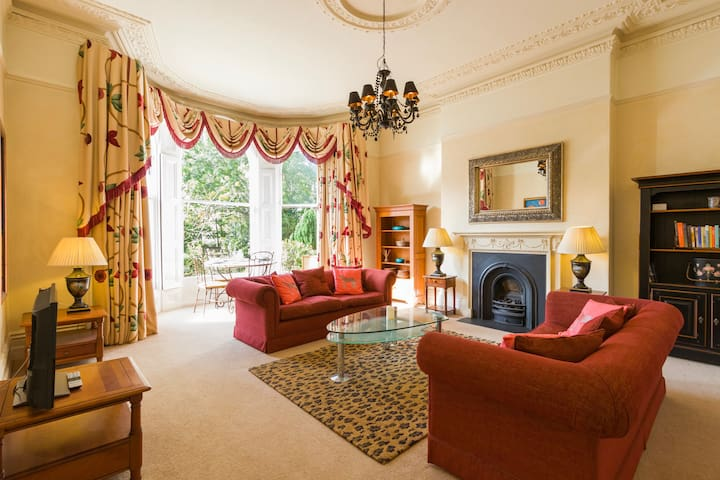 Large Victorian 2 Bedroom Apartment with Parking