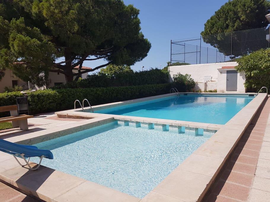 Habitacion doble playa y piscina appartements louer for Piscina castelldefels