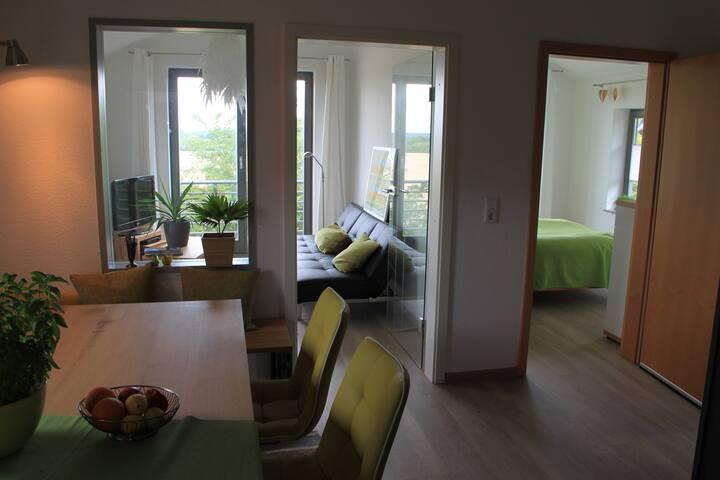 Essplatz mit Blick zum Wohn- und Schlafzimmer