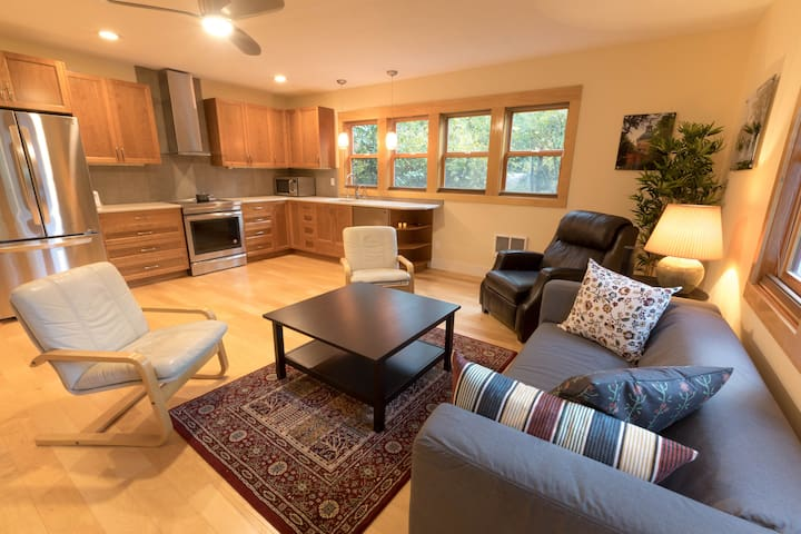 950 sq ft Guest House w/Gourmet Kitchen