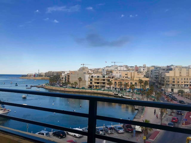 Seafront-Central-sleeps 2- WiFi -AC-Private -203
