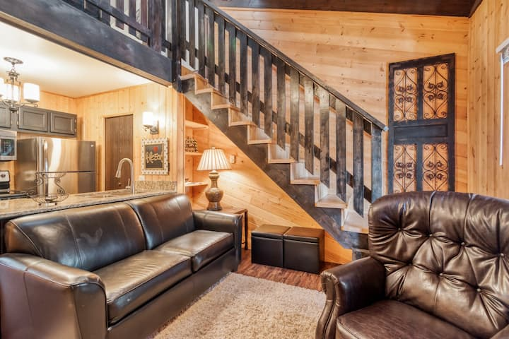 Cozy condo w/ wood fireplace & picnic areas - 3 blocks to skiing, walk to town!