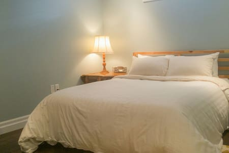 Comfortable, clean and stylish private suite. - Stratford