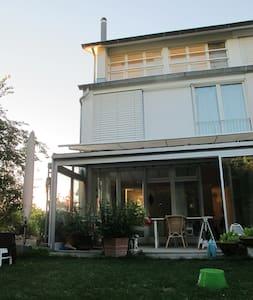 Stadtnahes Haus im Grünen für bis zu 6 Personen - Hedingen - Haus