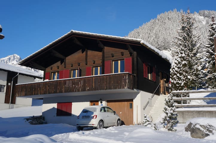 "Sunny modern Chalet ""Pura Vida"" in skiing area - Tujetsch - Chalé"
