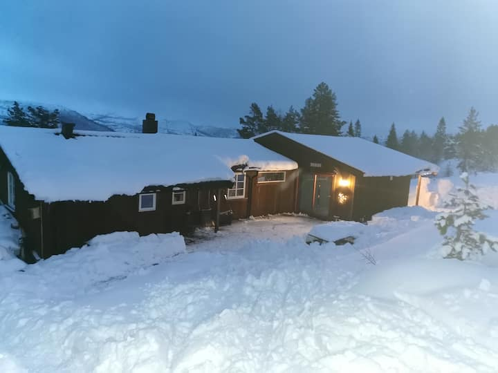 Stor og koselig hytte med nydelig utsikt.