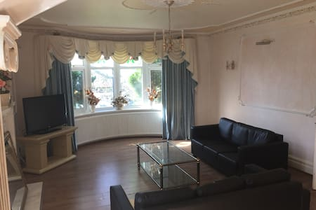 Large sleeps 10 house. 10 mins from City Centre - Prestwich - Casa