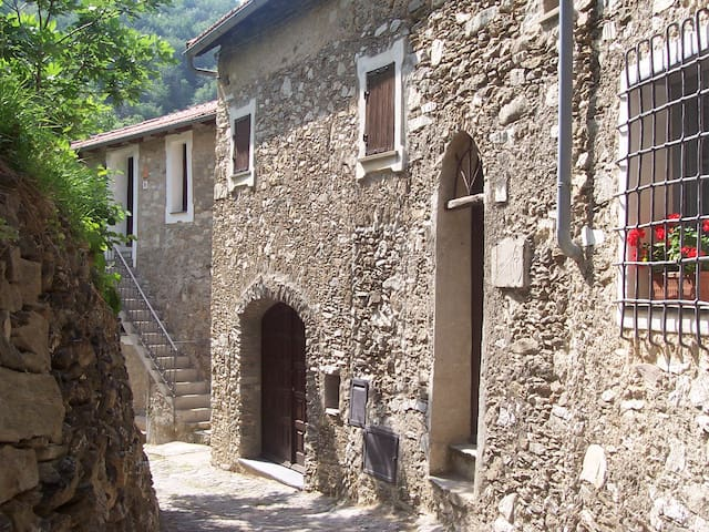 Medieval country house on the Italian Riviera - Castelvecchio di Rocca Barbena - Aarde Huis