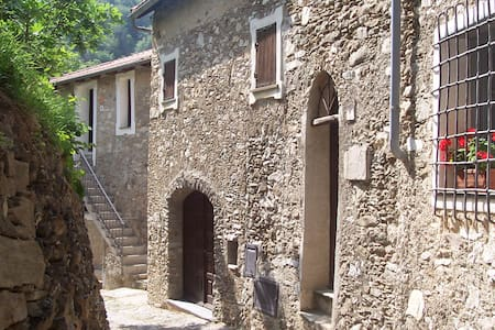 Medieval country house on the Italian Riviera - Castelvecchio di Rocca Barbena - 흙집