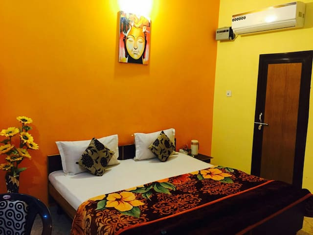Aanvi palace-well furnished rooms - Varanasi - Bed & Breakfast