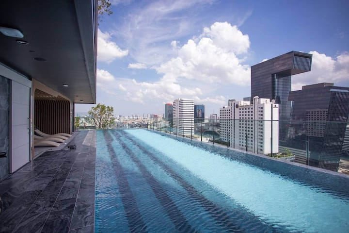 luxury condo/ MRT / Infinity Pool
