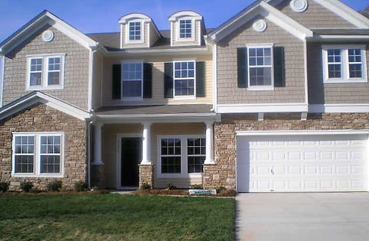 NEW..Clean Spacious Home w/Loads of Amenities - Mint Hill