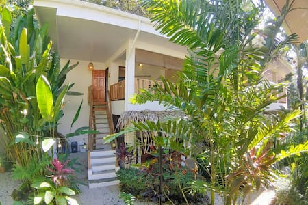 Upstairs Apart with garden view! Walk to the beach