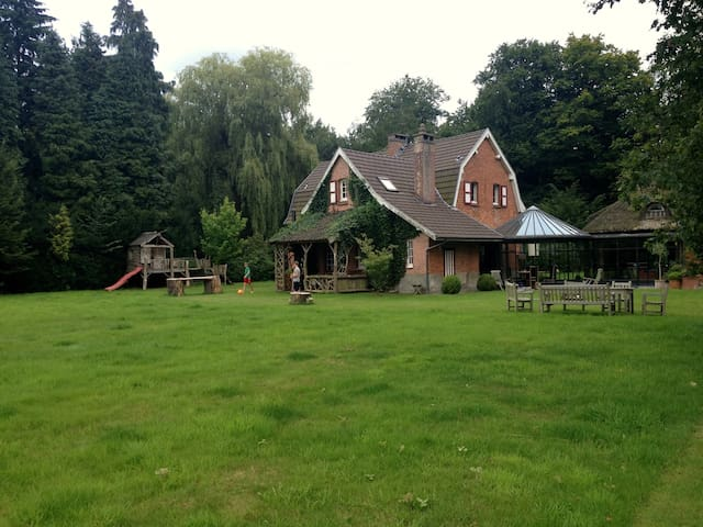 Country house near Antwerp in the woods+ swim pond - Kapellen - Hus