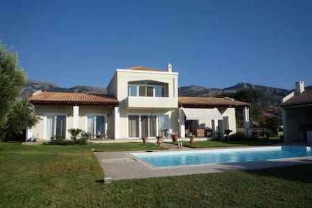 Private room for 2 p in villa with swimming pool