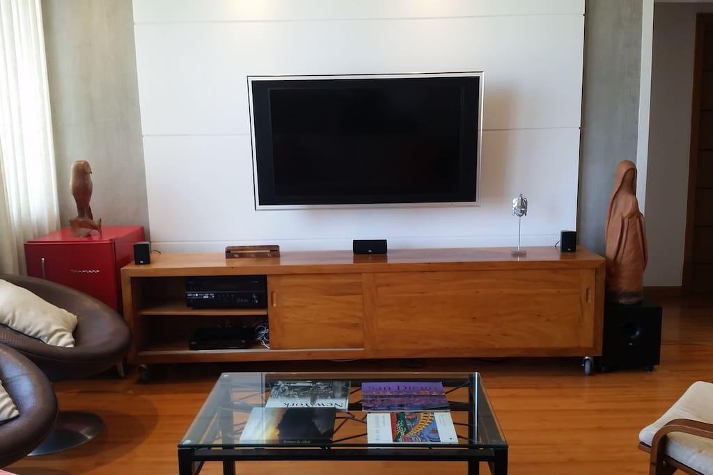 Sala TV - TV flat screen com Soround Sound 7.1 (Yamaha/JBL/Bose), TV a Cabo (Net), Geladeirinha Brastemp, 3 cadeiras modernas, Sofa, Mesa de Centro