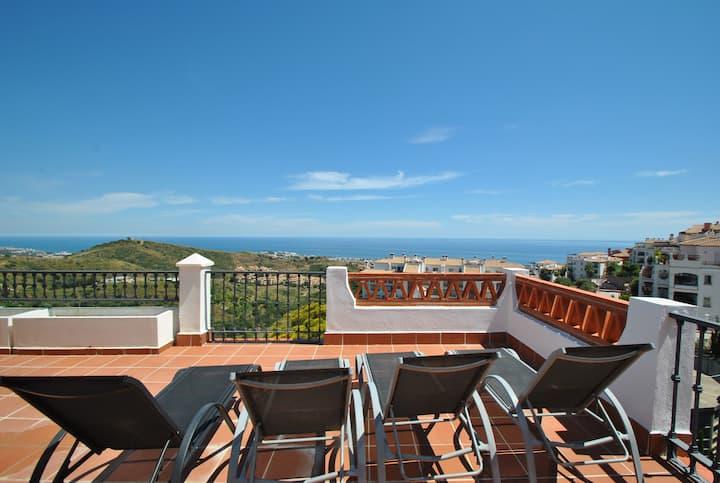 Panoramic views from this Calahonda penthouse