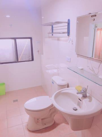 2人床 250元 三多商圈單人房 獨立衛浴