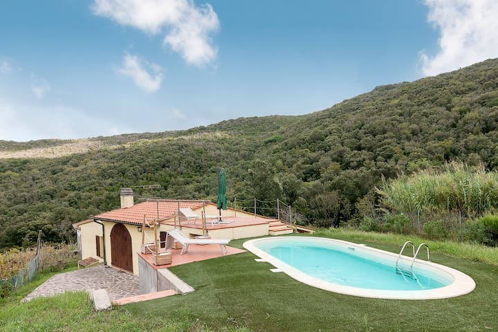 With pool surrounded by nature - Villetta Redinoce
