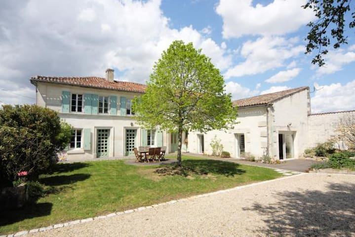 Charentaise house near Chateauneuf - Champmillon - Dom