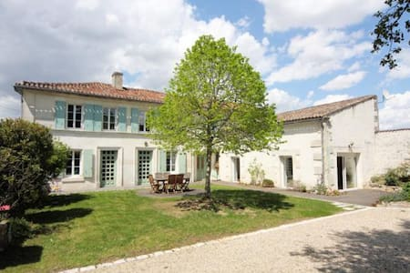 Charentaise house near Chateauneuf - Champmillon - Hus