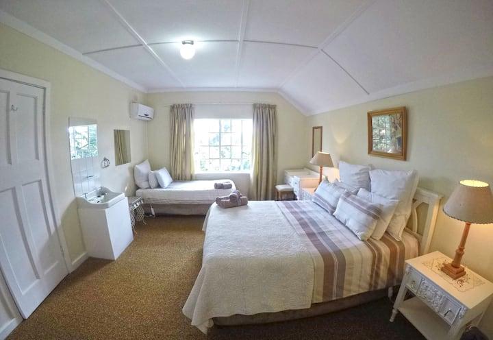 Green Lantern Inn Hotel- Family room for 3