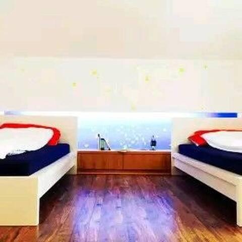 SO GUESTHOUSE/复式阁楼公寓里的双床房间/婺源县城中心区/老北站附近的设计师民宿
