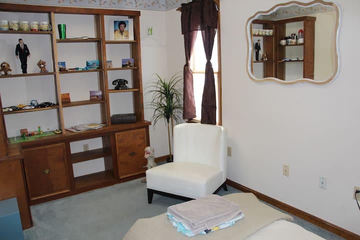 Cute private room, 2 blocks to the beach!