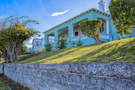 Amazing location! 3 bd Family home close to beach