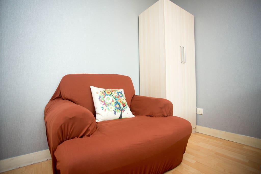 主卧独有的单人沙发,给这简单的空间一抹亮色,生活就是这样,需要一点色彩