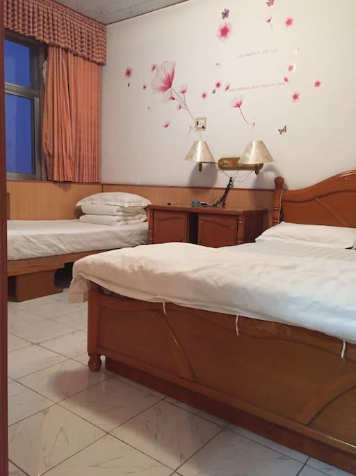 主卧为一个小床和一张大床。床上用品均为一客一换,保证干净卫生!