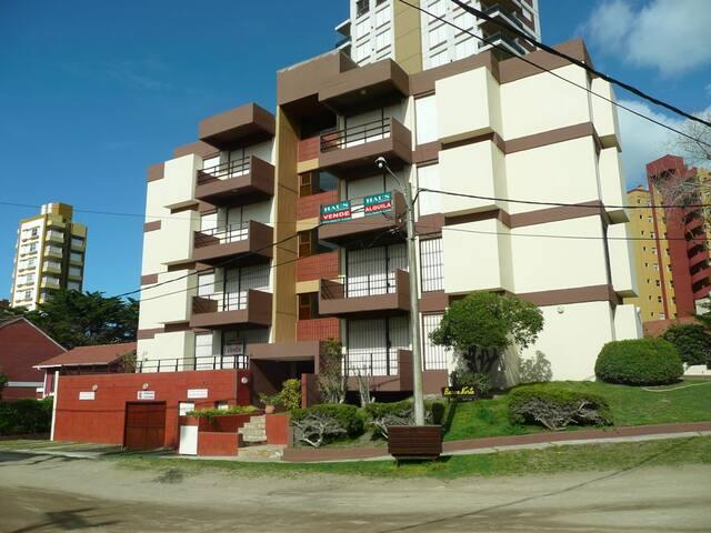 Excelente departamento de 3 amtes. c/cochera - Villa Gesell - Apartamento