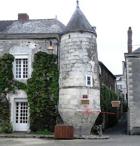 """Chambres d'hôtes """"Tour de la Gabelle"""" - Saint-Florent-le-Vieil - 宾馆"""