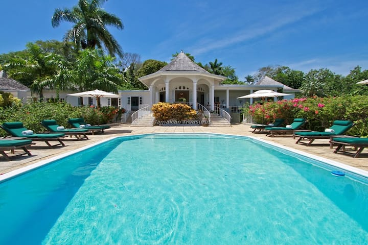 BEACH ACCESS! RESORT! LUXURY, FAMILY FRIENDLY, BUTLER SERVICE, CHEF 3BR