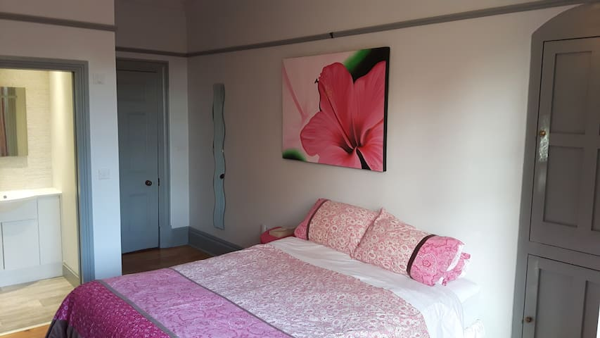 Newmarket Rd large bright airy ensuite double room