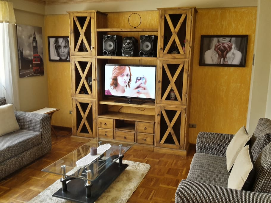 Living room, tv cable, music box/Living, tb cable, equipo de música/Wohnzimmer, Fernseher, Musikanlage