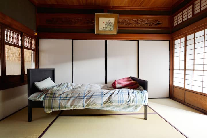 Quiet Japanese room, perfect for solo travelers